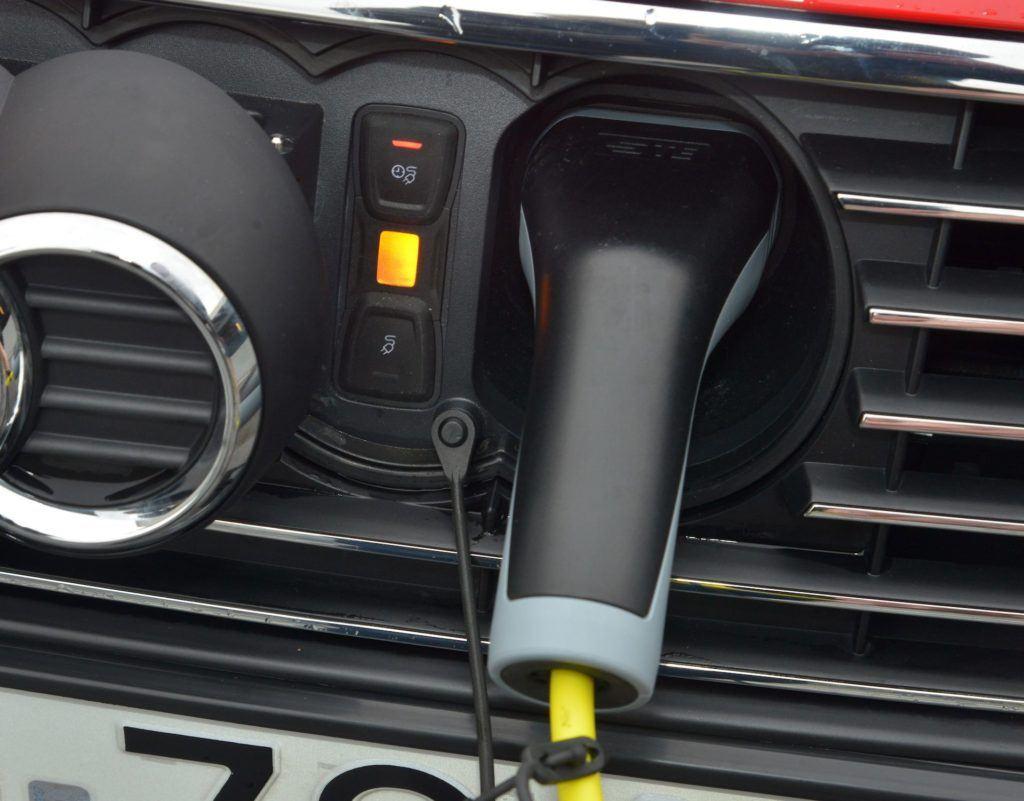 Ladowanie-auta-elektrycznego-blokada-wtyczki.