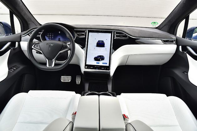 Tesla Model X - kokpit
