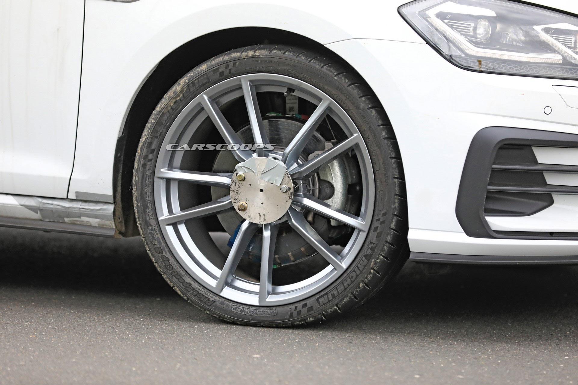 VW Golf przyłapany podczas testów (fot. Carscoops).