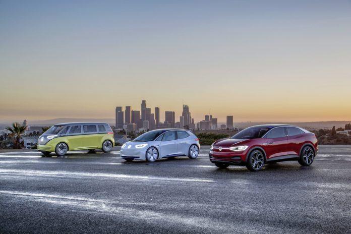 (na zdjęciu głównym: gama prototypowych elektrycznych modeli Volkswagena z rodziny ID; pierwszy z nich - kompaktowy hatchback - zadebiutuje jeszcze w tym roku)