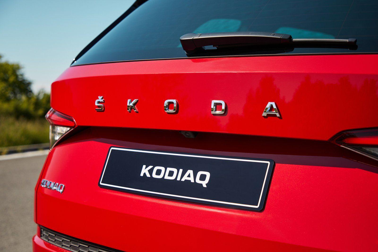 """Napis """"SKODA"""" zamiast logo - akcent znany już ze Scali i Kamiqa."""