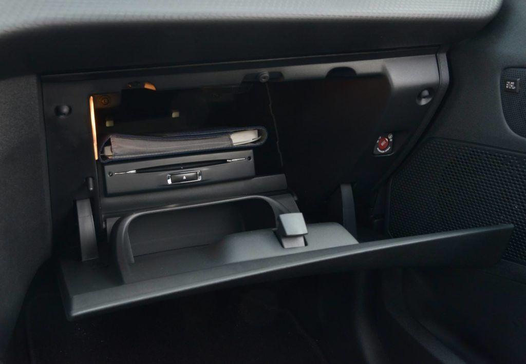 Używany Peugeot 2008 - schowek