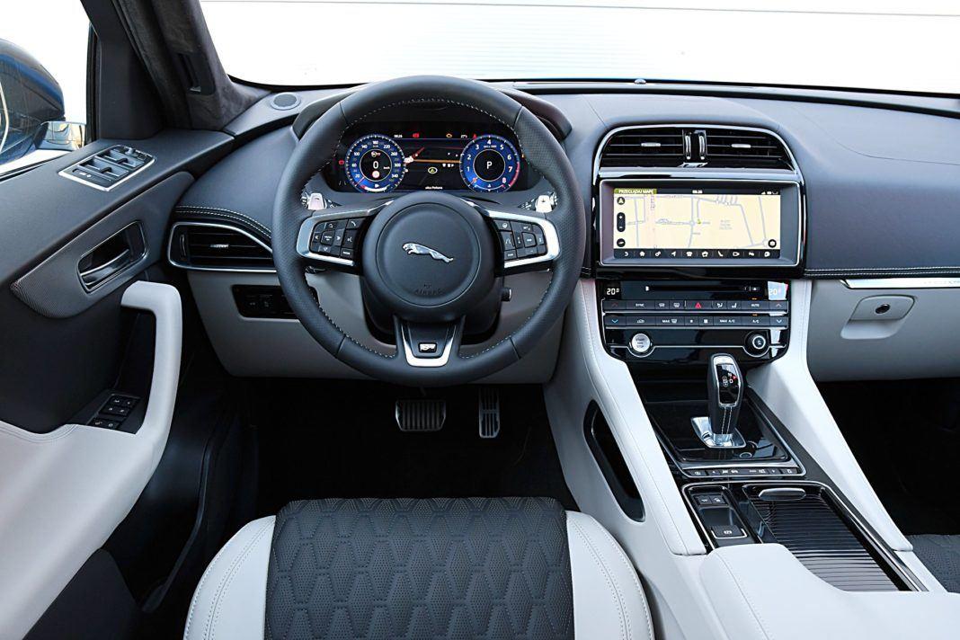 Jaguar F-Pace SVR – deska rozdzielcza