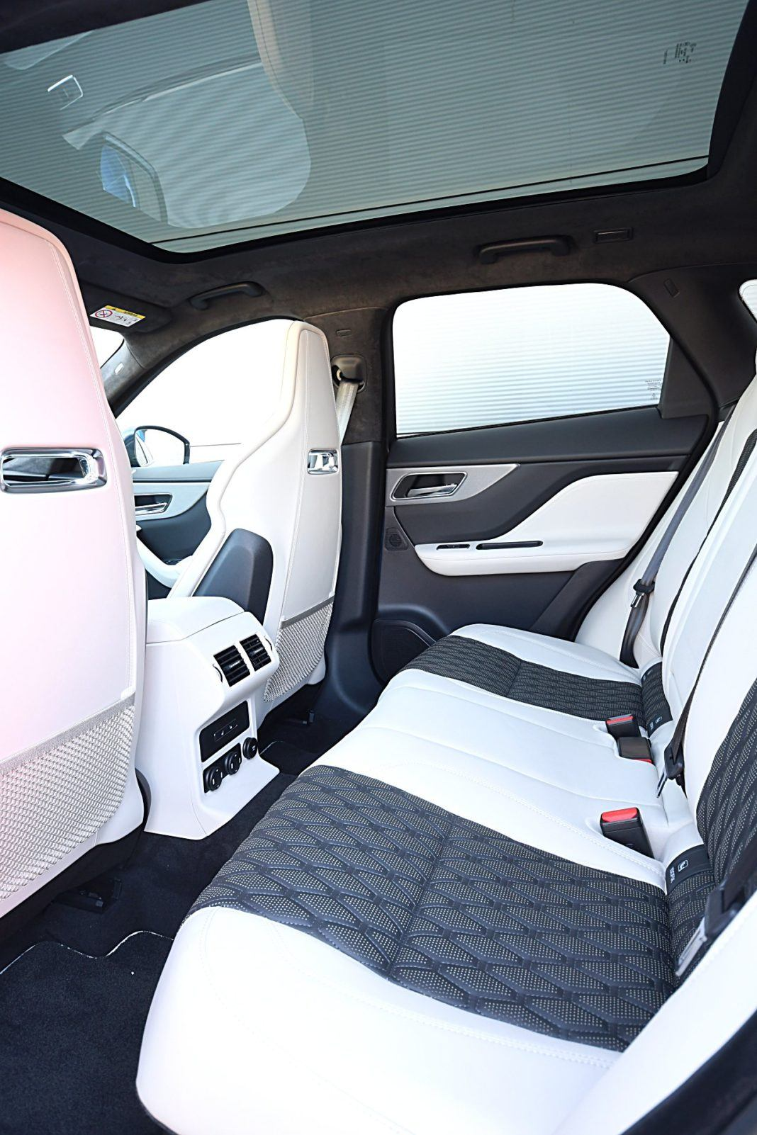 Jaguar F-Pace SVR – fotele tył