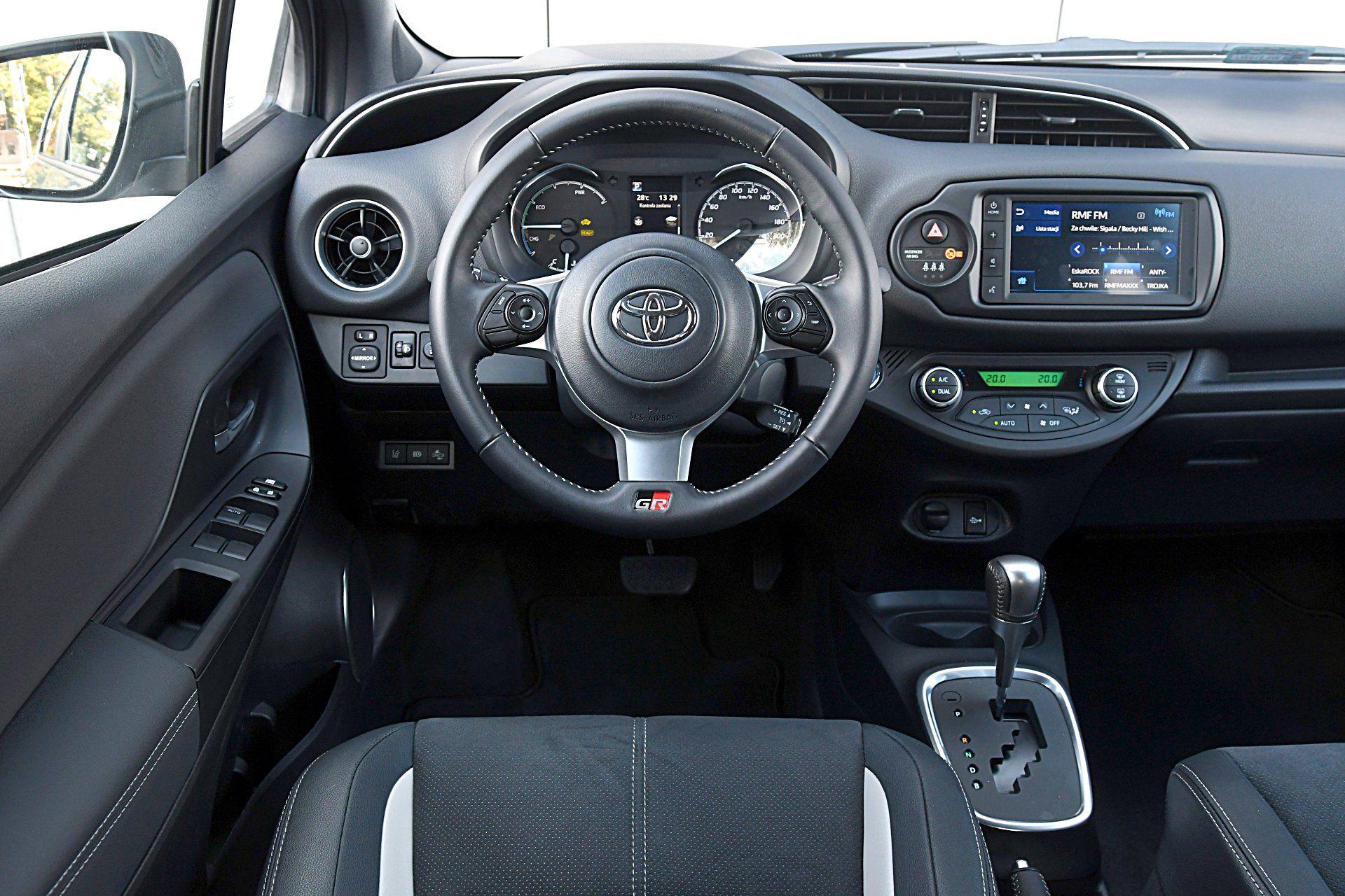 TOYOTA Yaris III FL GR Sport Hybrid 1.5 deska rozdzielcza