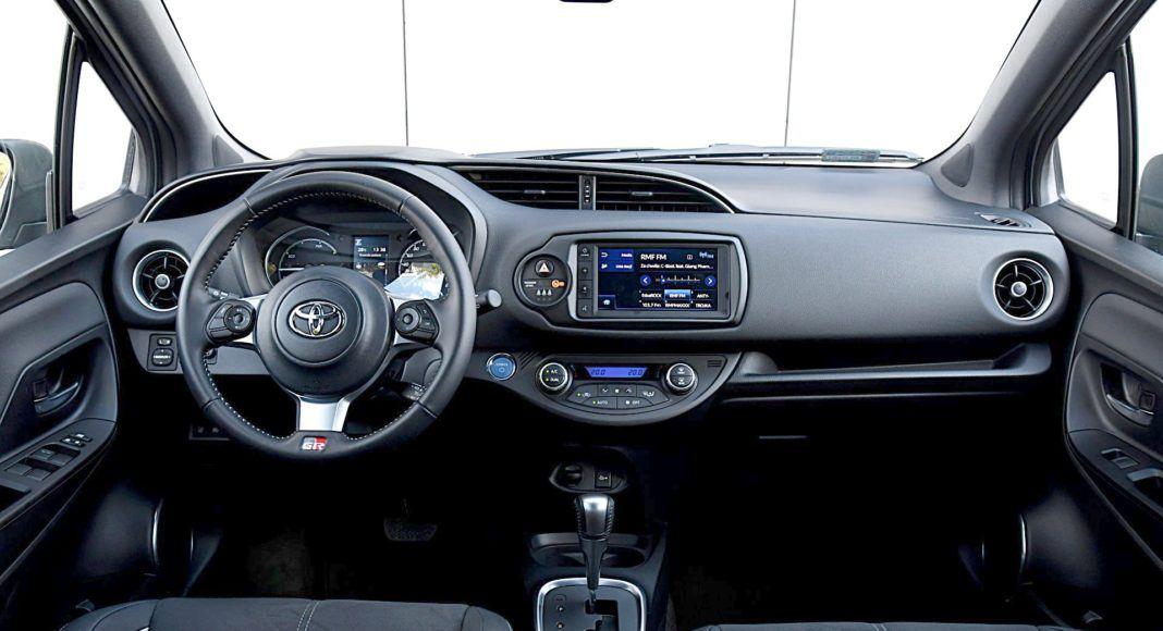 Toyota Yaris Hybrid GR Sport - deska rozdzielcza
