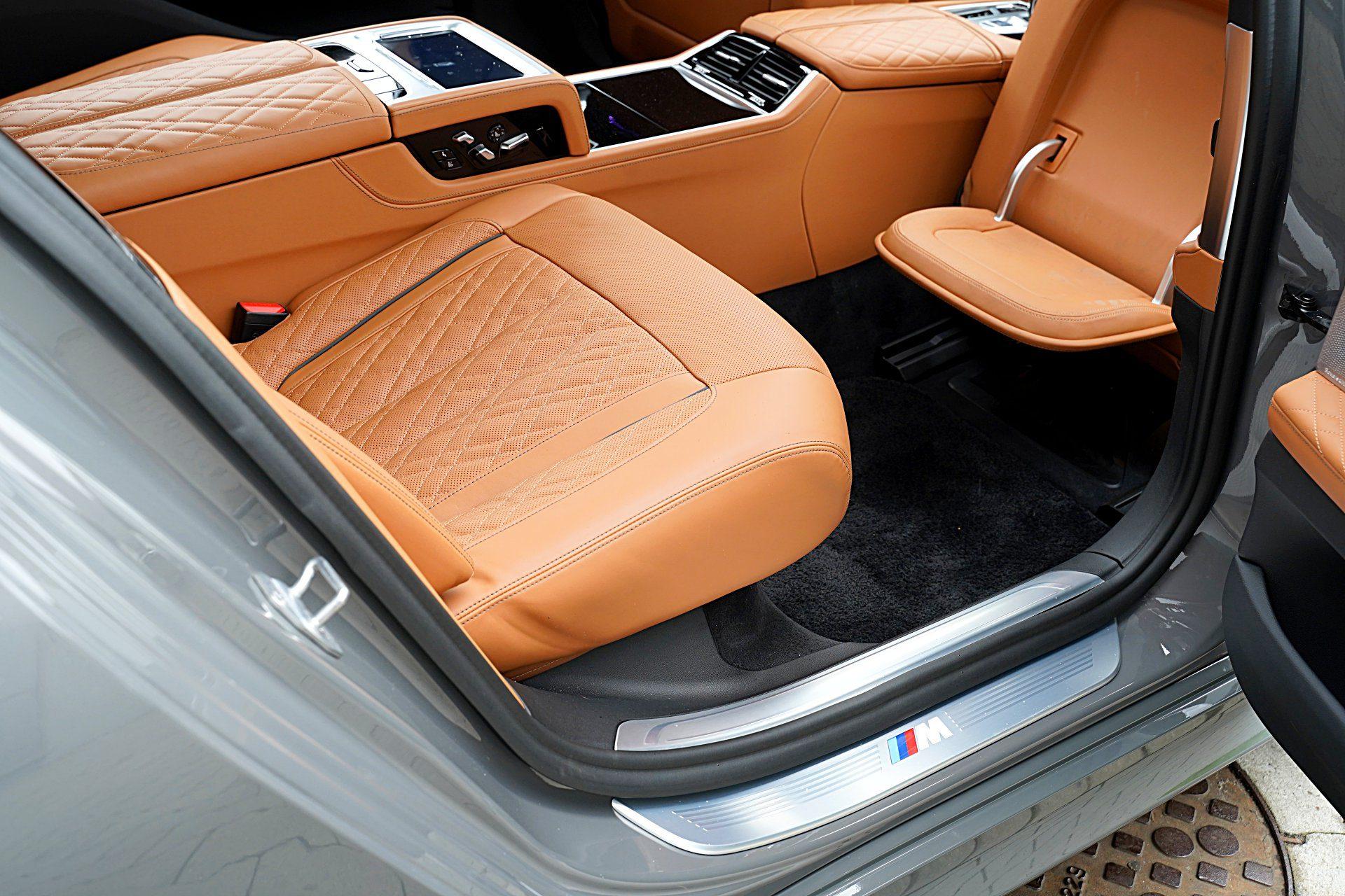 BMW 745Le G12 FL Plug-In Hybrid 3.0T podnóżek