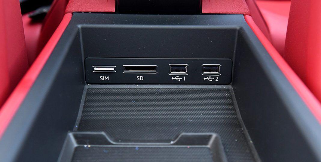 Porsche 911 Carrera 4S Cabriolet – gniazda USB