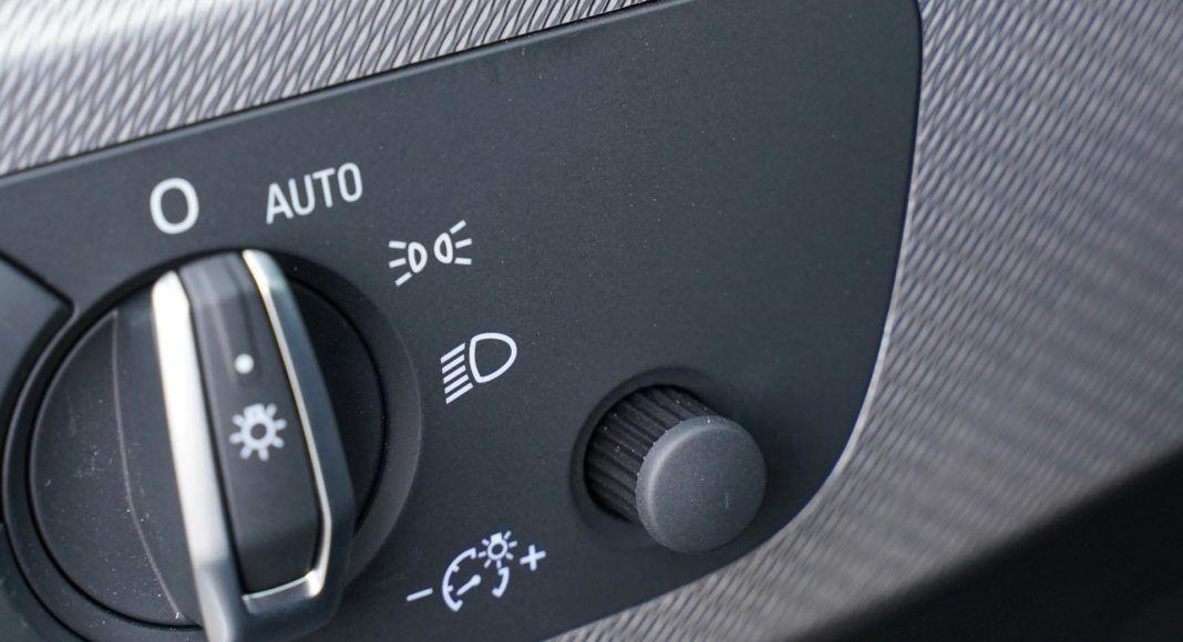 Audi A4 allroad 45 TFSI quattro S tronic - wygodniej się nie da: regulacja podświetlenia deski pokrętłem
