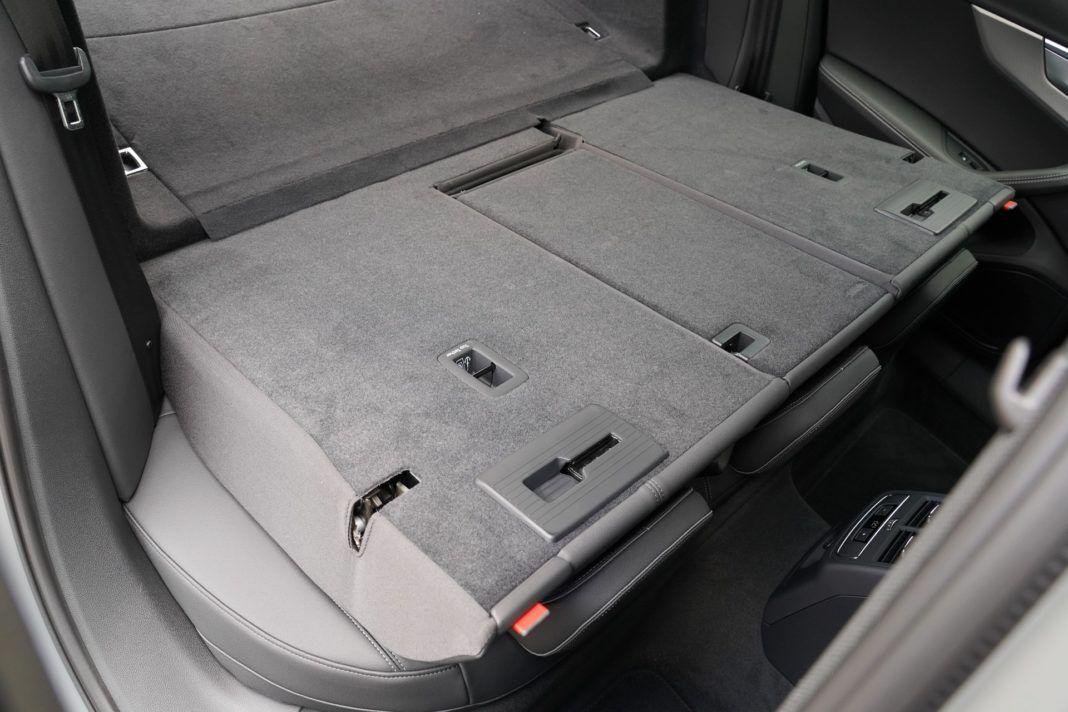 Audi A4 allroad 45 TFSI quattro S tronic - po złożeniu oparć kanapy powstaje płaska powierzchnia