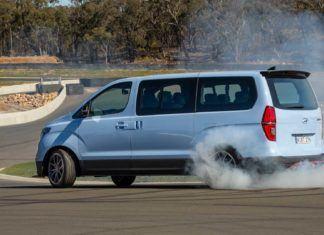 Van dla Stiga. Ma V8, ponad 400 KM, jeździ bokiem i pali opony