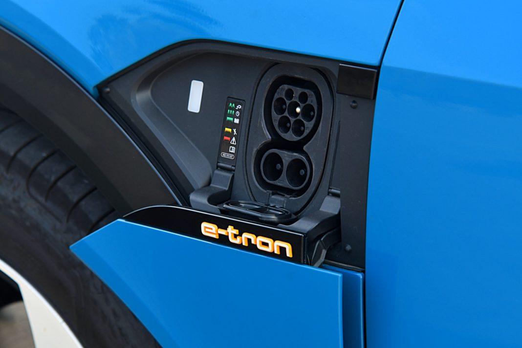 Audi e-tron 55 quattro advanced – gniazdo ładowania