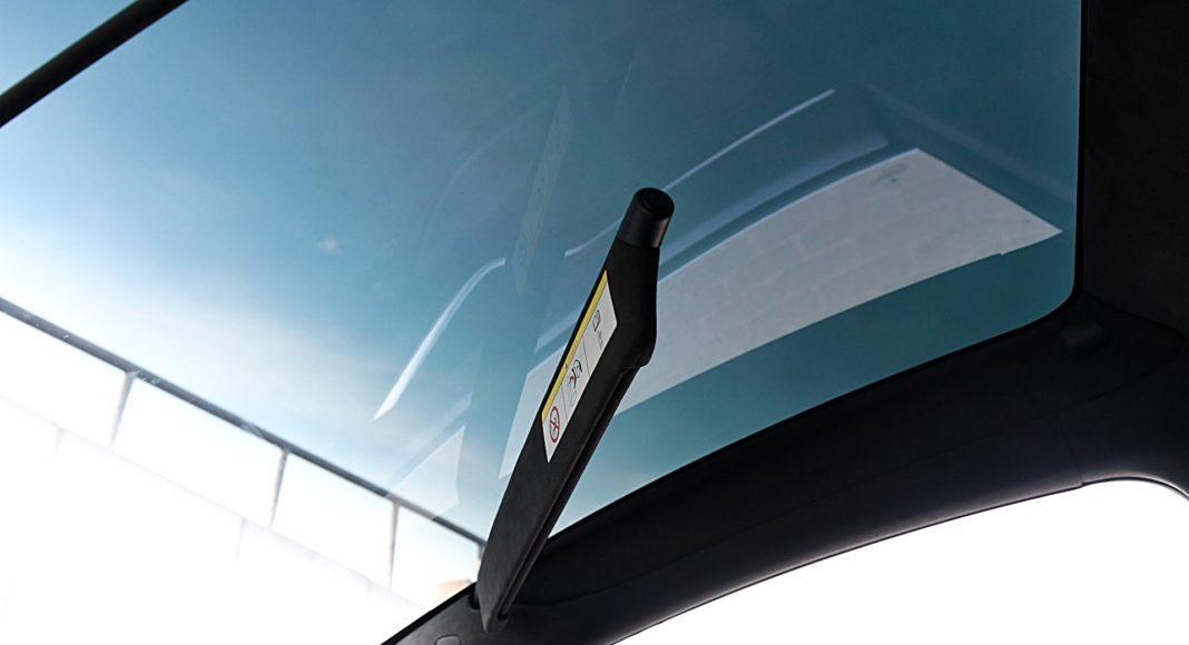 Tesla Model X Long Range – szyba panoramiczna osłony przeciwsłoneczne