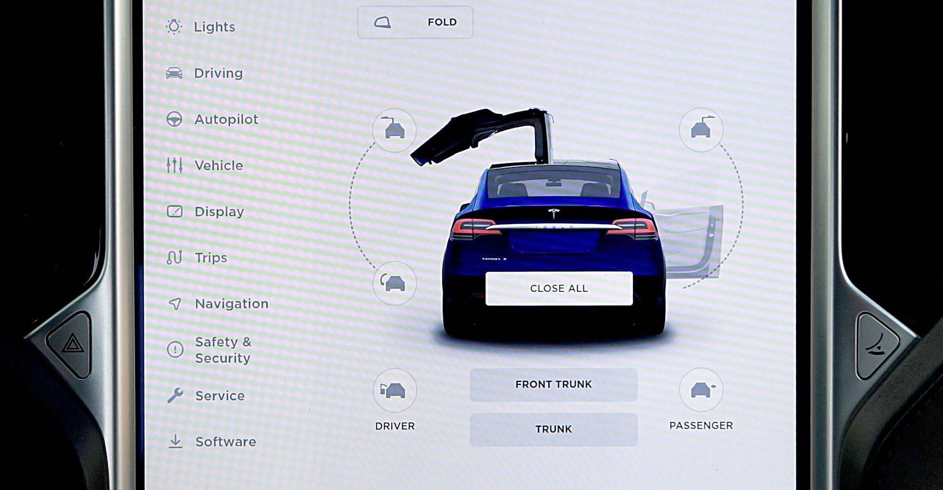TESLA Model X ekran sterowanie obsługą
