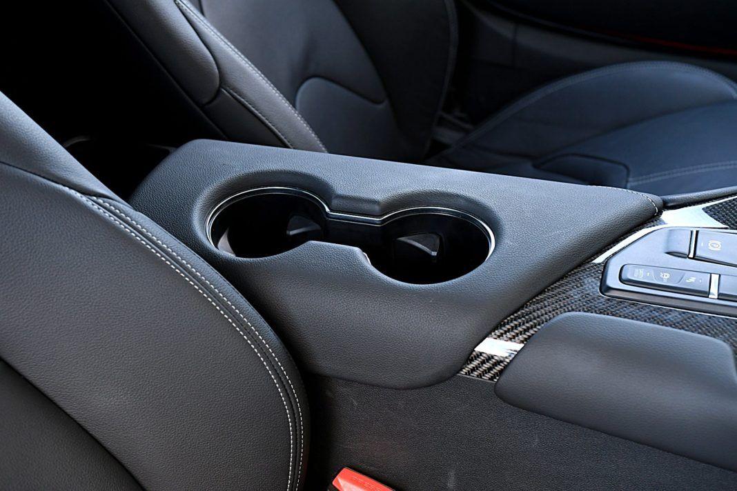 Toyota GR Supra – wnęki na kubki