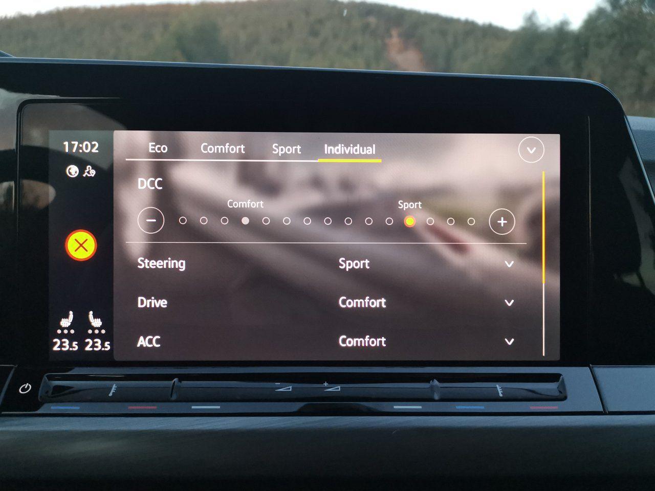 Volkswagen Golf VIII (2020) - niemal płynna regulacja twardości tłumienia aktywnych amortyzatorów zawieszenia DCC