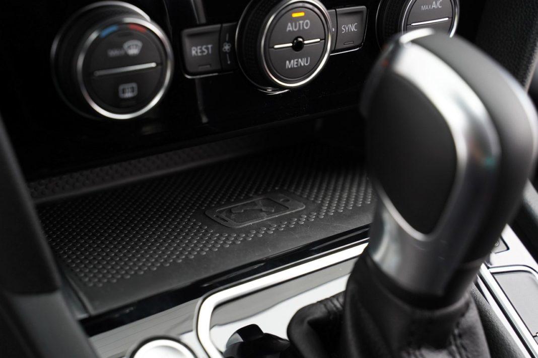 volkswagen passat gte b8 lifting 2019 półka na smartfon