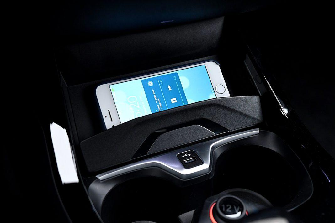 BMW 118i F40 – ładowarka bezprzewodowa i USB
