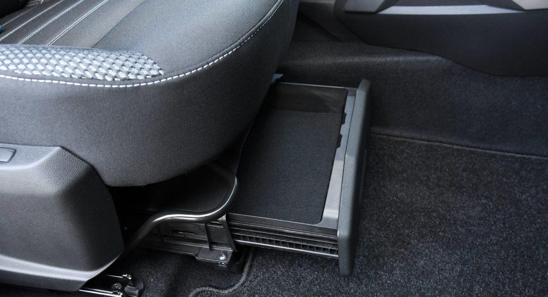 Dacia Duster 1.3 TCe 150 4WD test 2020 szuflada pod fotelem