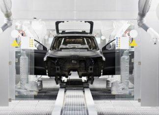 Lakierowanie samochodu – wiesz, po co w lakierni używa się strusich piór?