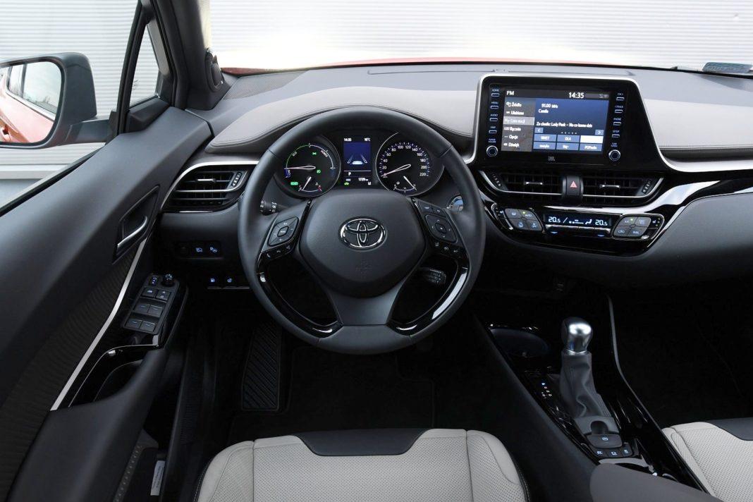 Toyota C-HR 2.0 Hybrid e-CVT - kokpit