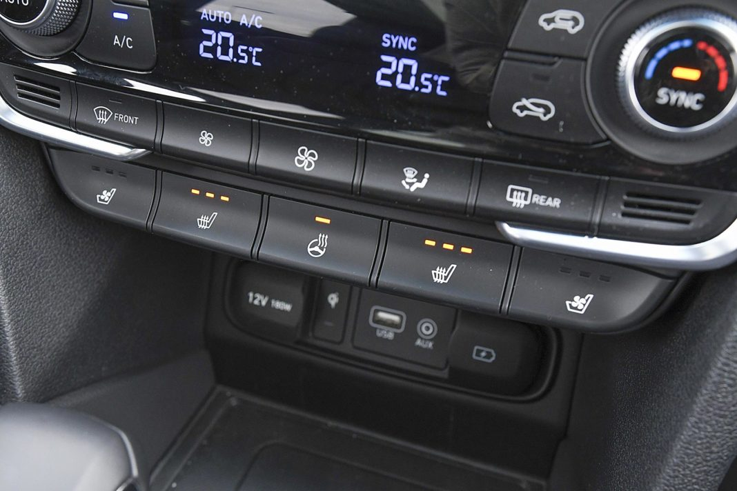 Hyundai Santa Fe 2.0 CRDi 8AT 4WD - przyciski ogrzewania foteli
