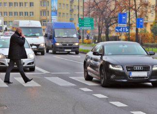 Czy kierowcy drogich aut częściej przepuszczają pieszych?