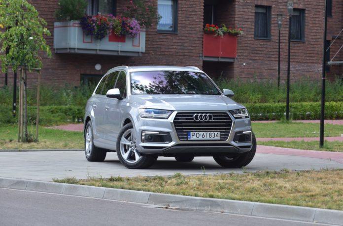 Parkowanie SUV-a na chodniku