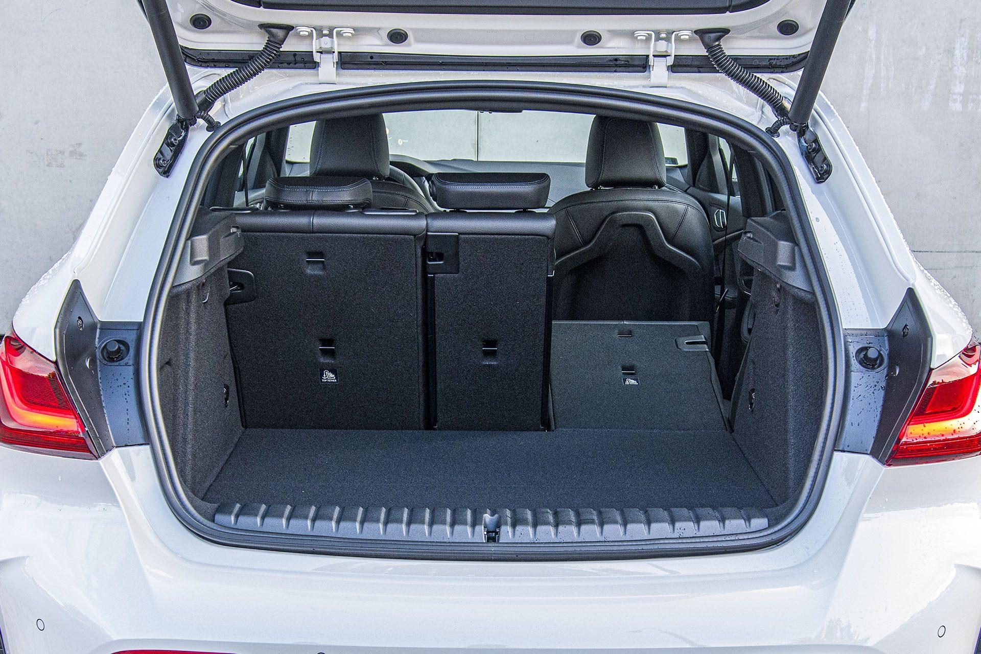 BMW serii 1 - bagażnik – PORÓWNANIE BMW 118i, Mazda 3 – opinie, spalanie, wymiary, dane techniczne