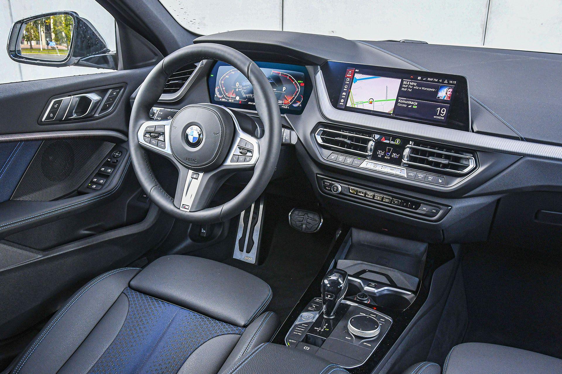 BMW serii 1 - deska rozdzielcza – PORÓWNANIE BMW 118i, Mazda 3 – opinie, spalanie, wymiary, dane techniczne