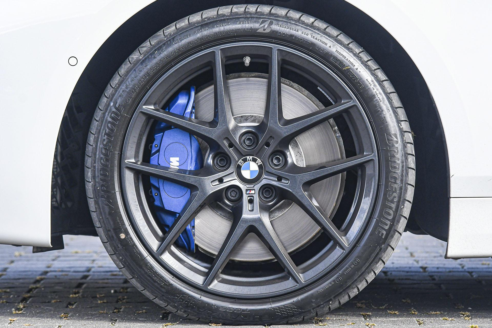 BMW serii 1 - koło – PORÓWNANIE BMW 118i, Mazda 3 – opinie, spalanie, wymiary, dane techniczne