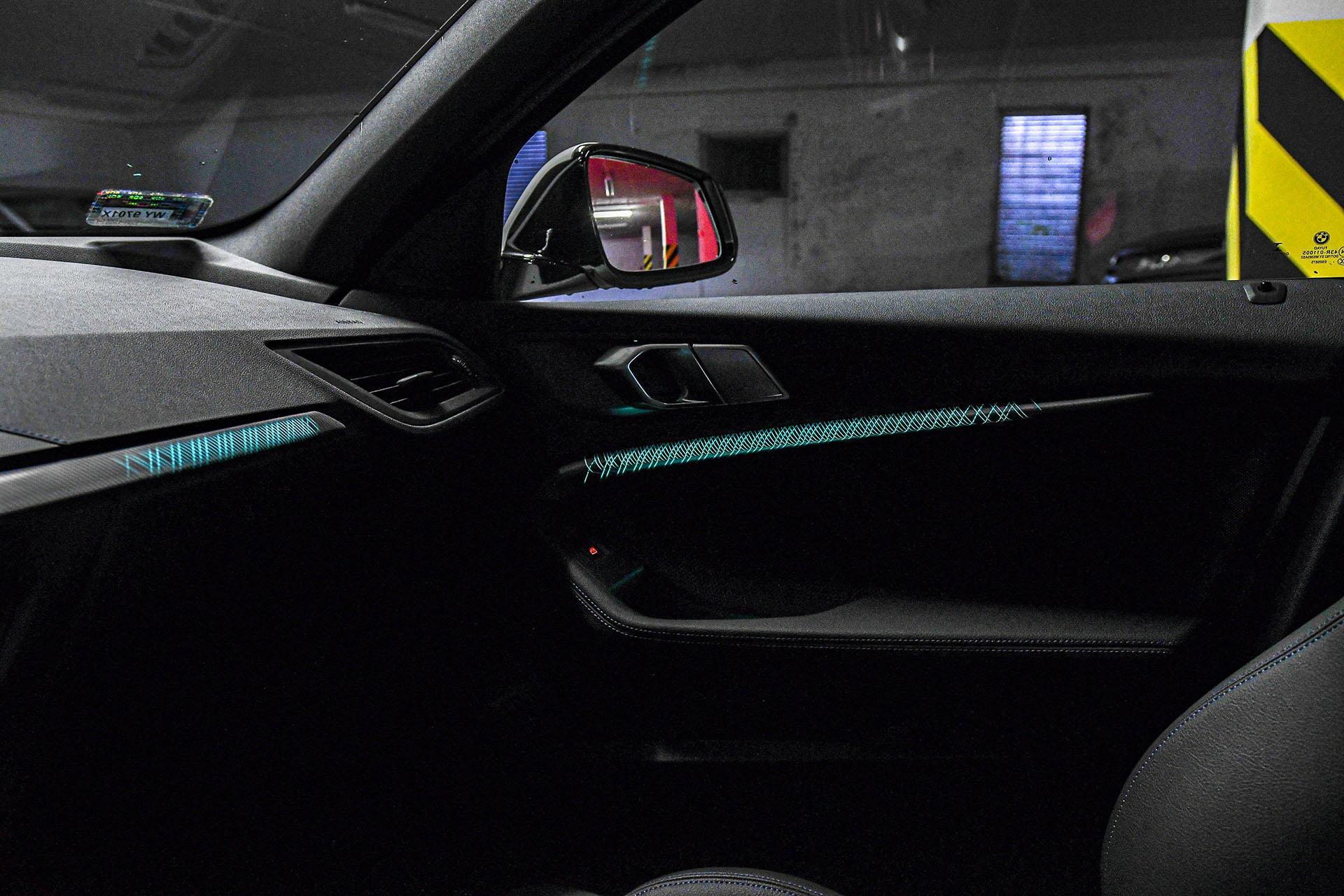 BMW serii 1 - oświetlenie nastrojowe – PORÓWNANIE BMW 118i, Mazda 3 – opinie, spalanie, wymiary, dane techniczne