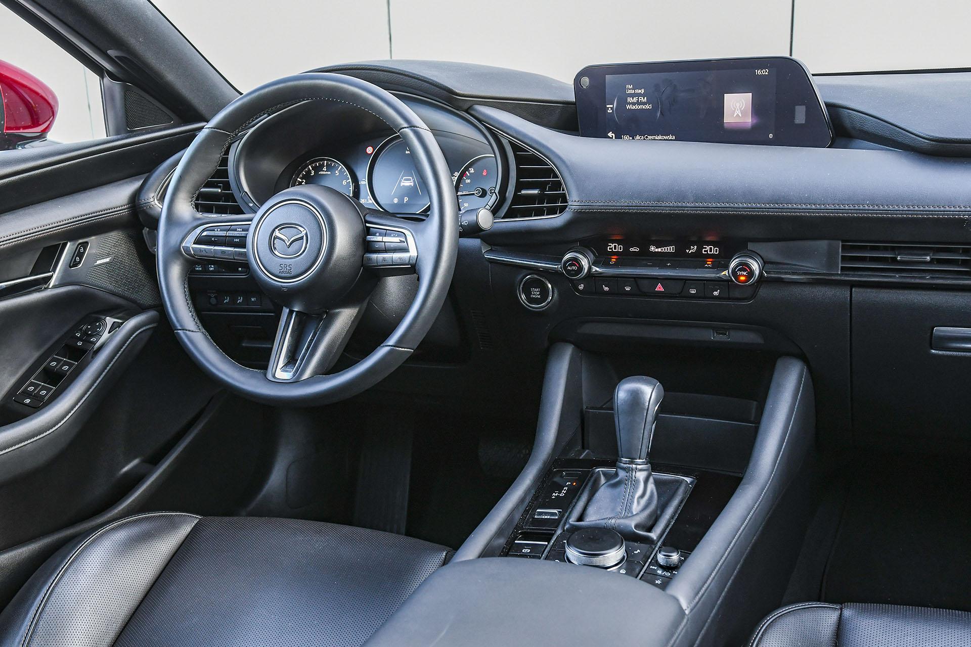 Mazda 3 - deska rozdzielcza – PORÓWNANIE BMW 118i, Mazda 3 – opinie, spalanie, wymiary, dane techniczne