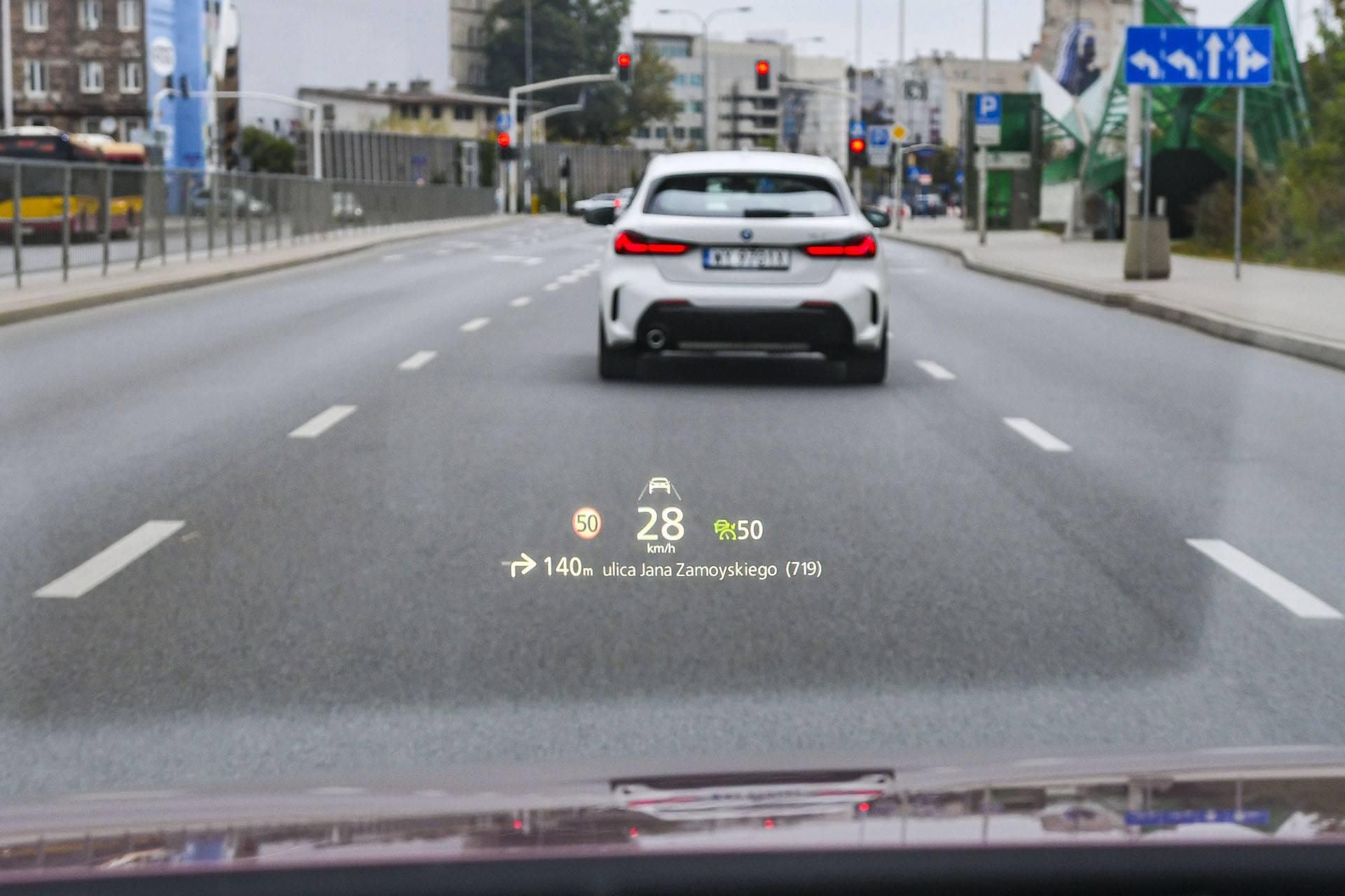 Mazda 3 - ekran head-up – PORÓWNANIE BMW 118i, Mazda 3 – opinie, spalanie, wymiary, dane techniczne