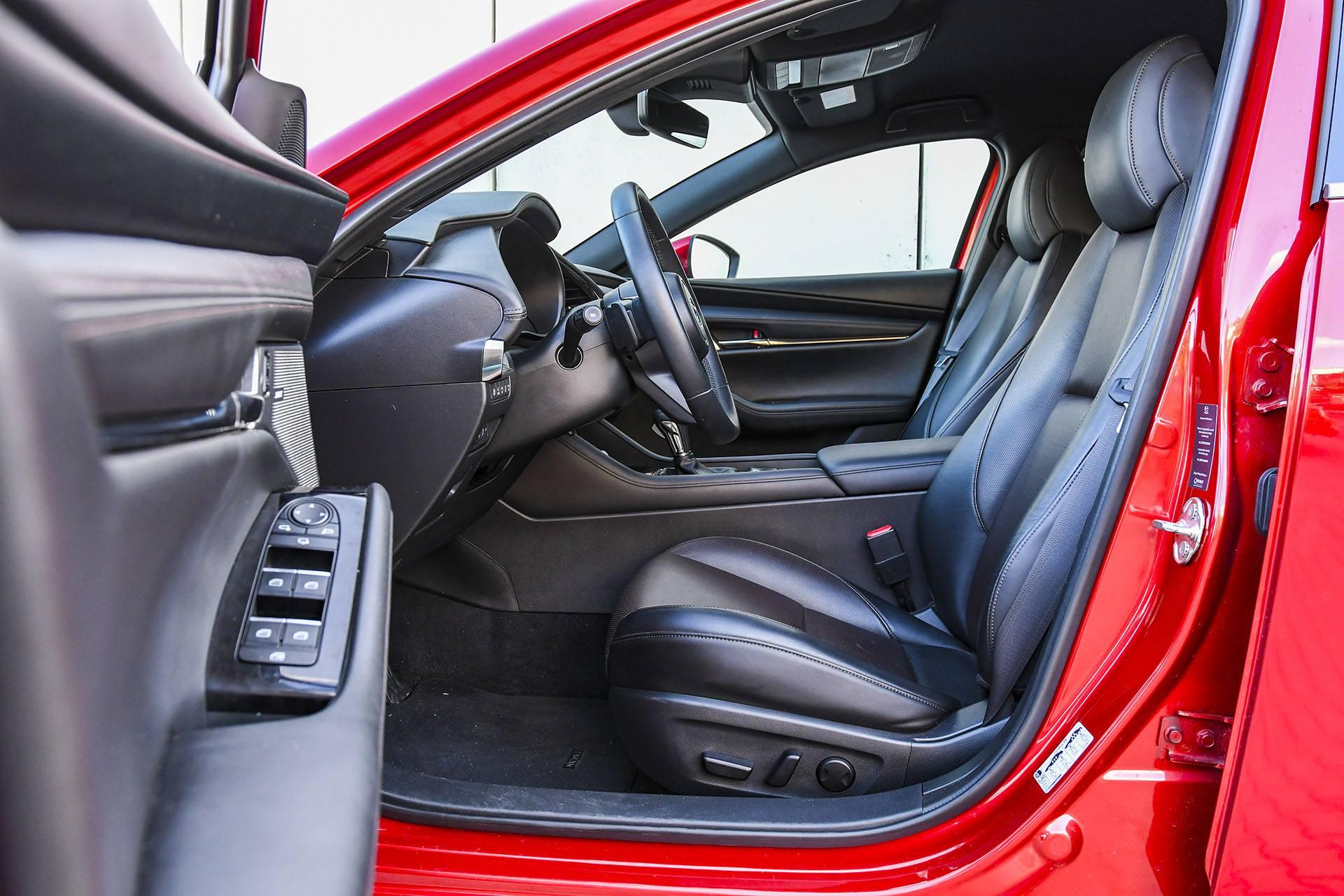 Mazda 3 - fotele – PORÓWNANIE BMW 118i, Mazda 3 – opinie, spalanie, wymiary, dane techniczne