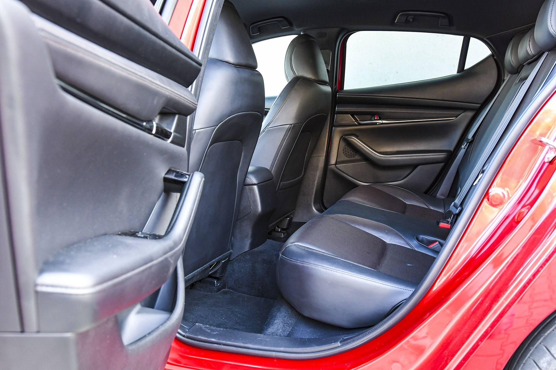 Mazda 3 - kanapa – PORÓWNANIE BMW 118i, Mazda 3 – opinie, spalanie, wymiary, dane techniczne