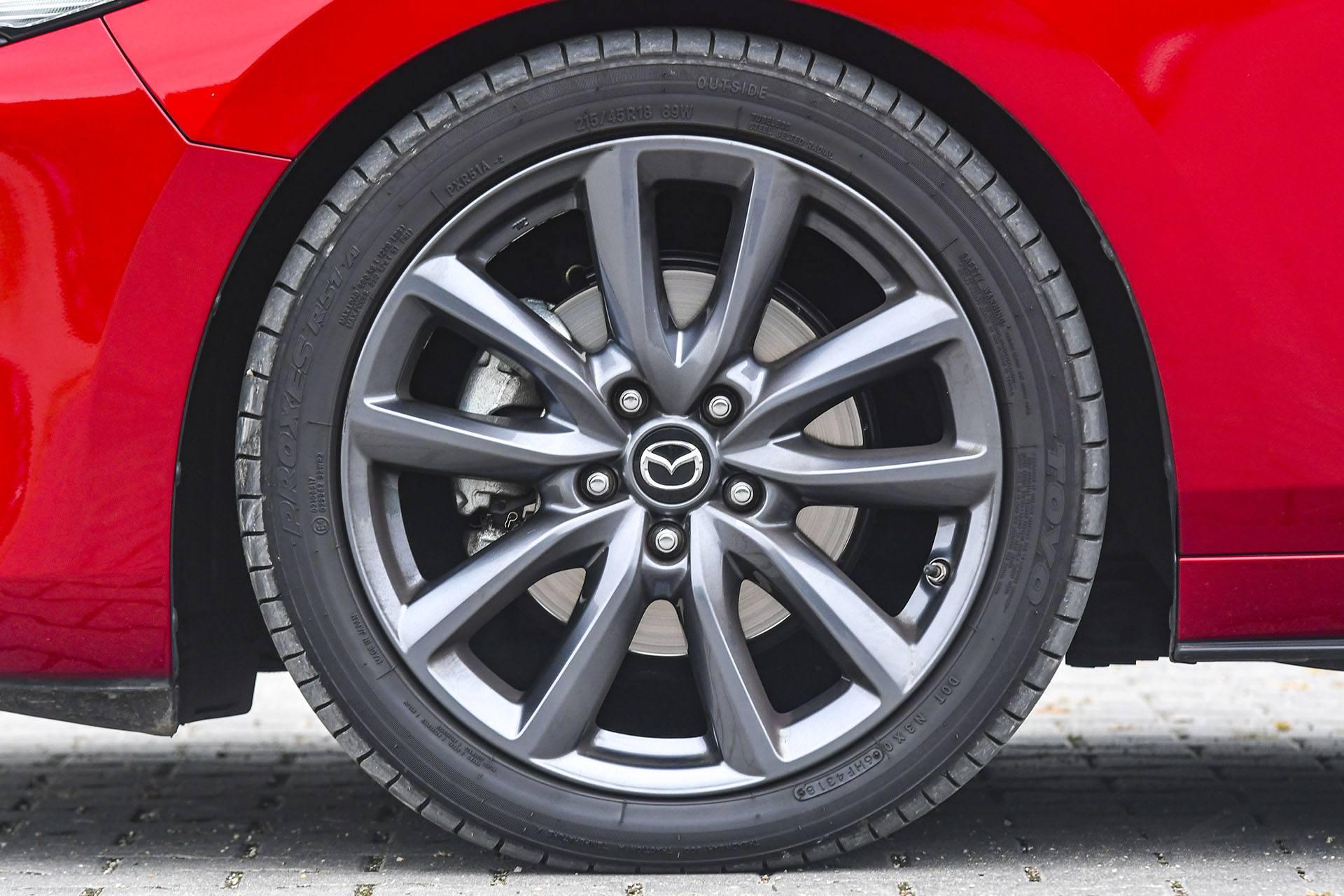 Mazda 3 - koło – PORÓWNANIE BMW 118i, Mazda 3 – opinie, spalanie, wymiary, dane techniczne