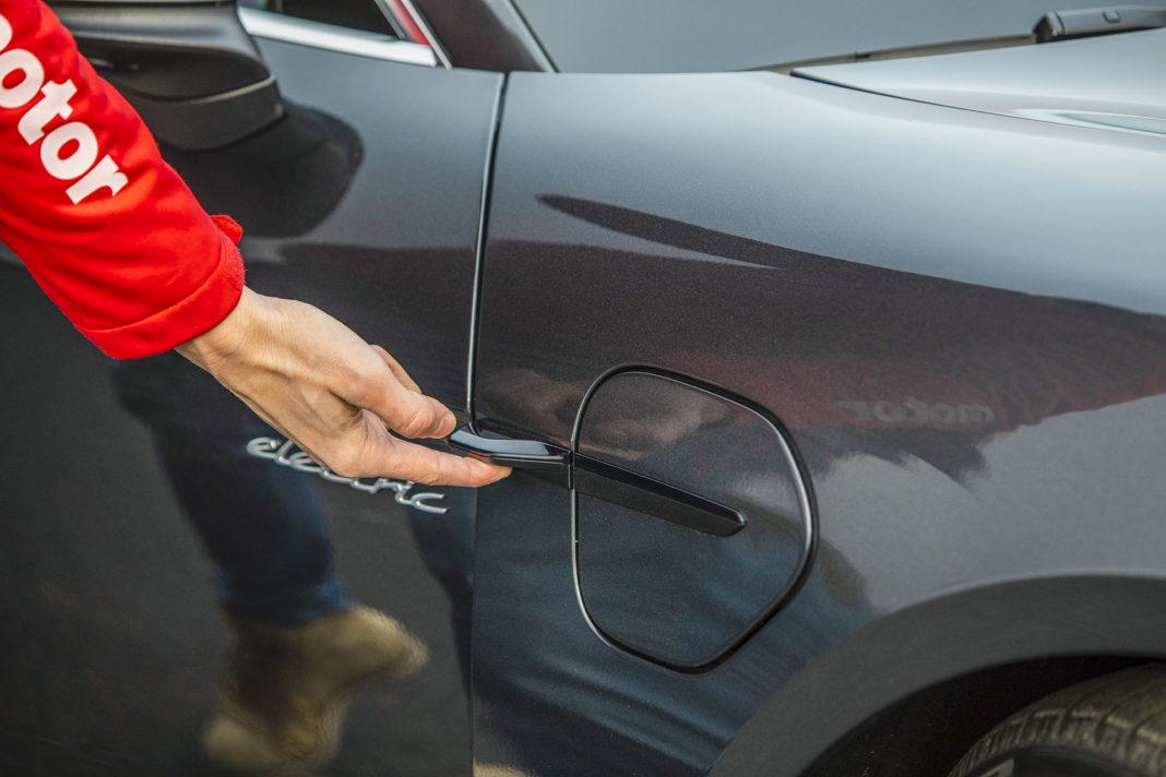 Porsche Taycan Turbo - pokrywa wlewu prądu