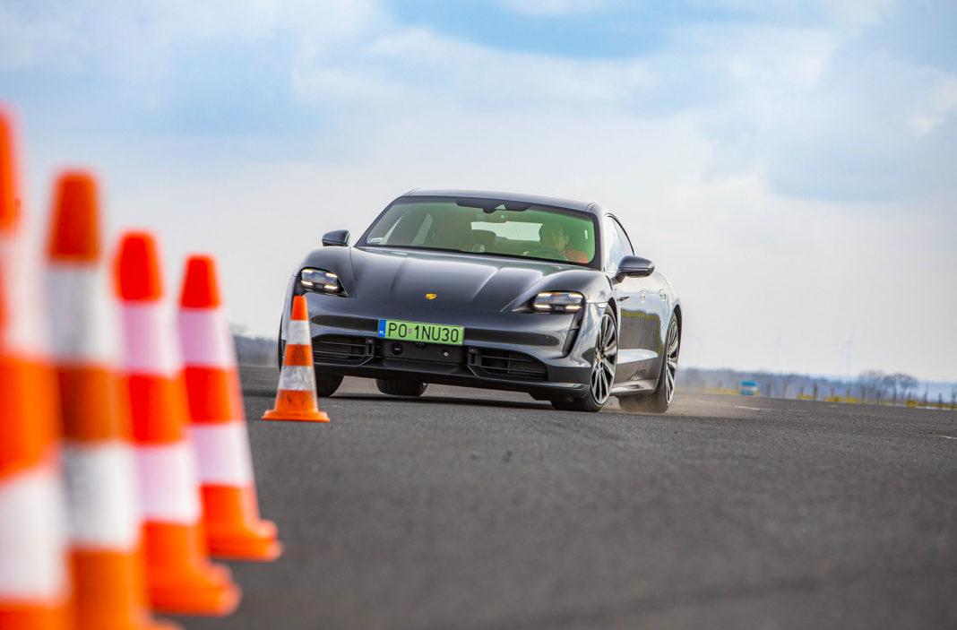 Porsche Taycan Turbo - slalom