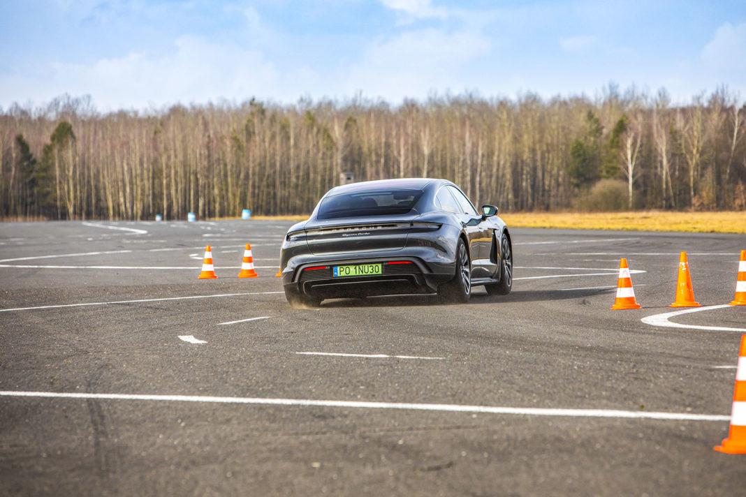 Porsche Taycan Turbo - szykana