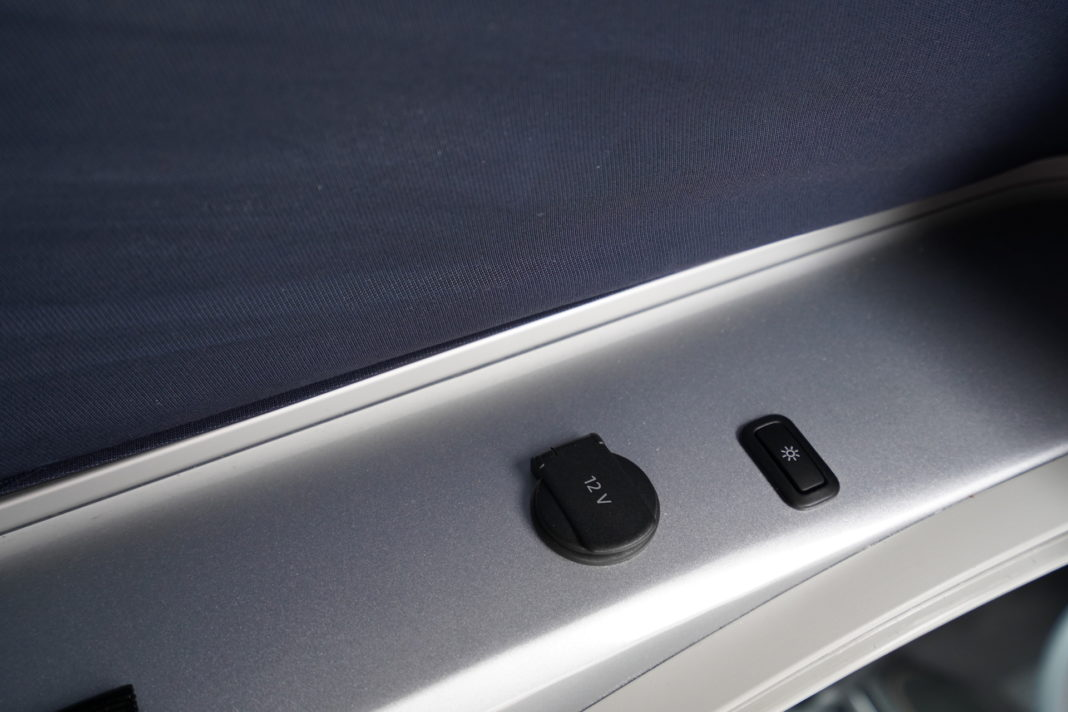 Volkswagen California - wnętrze - gorne lozko