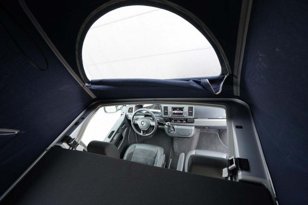 Volkswagen California - wnętrze - wejscie do namiotu