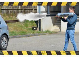 Strzelali z bazooki do Golfa. Czy VW wytrzymał próbę?