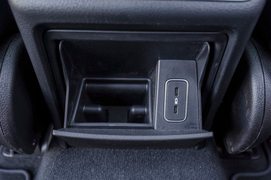 Mercedes GLE - schowek i wejścia USB-C z tyłu