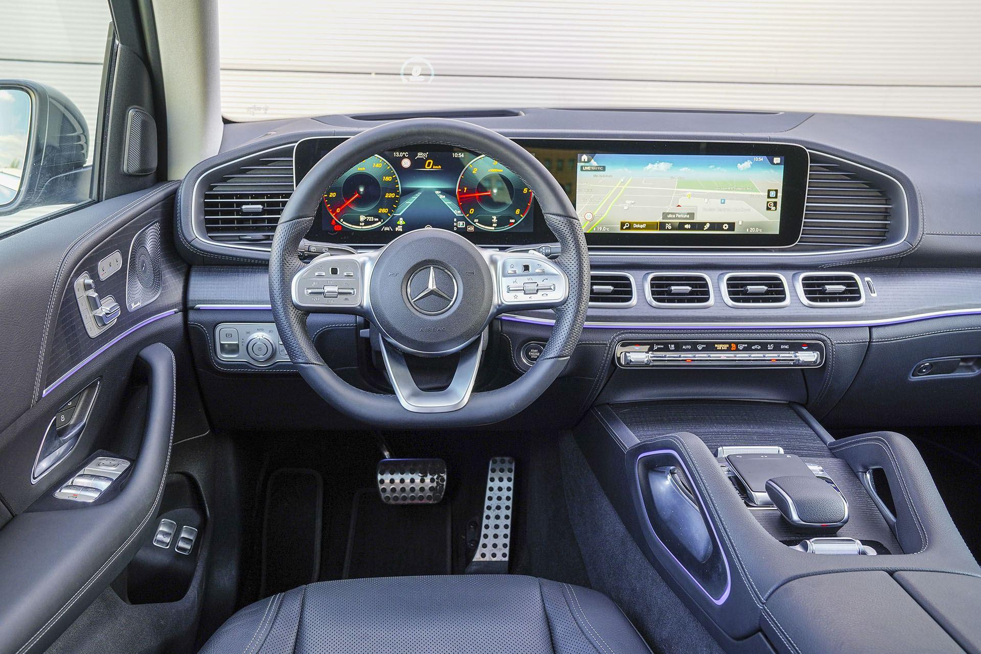 Mercedes GLE - deska rozdzielcza - Land Rover Discovery, Mercedes GLE, Range Rover Sport, Volkswagen Touareg, Volvo XC90 – PORÓWNANIE –opinie, dane techniczne, wymiary