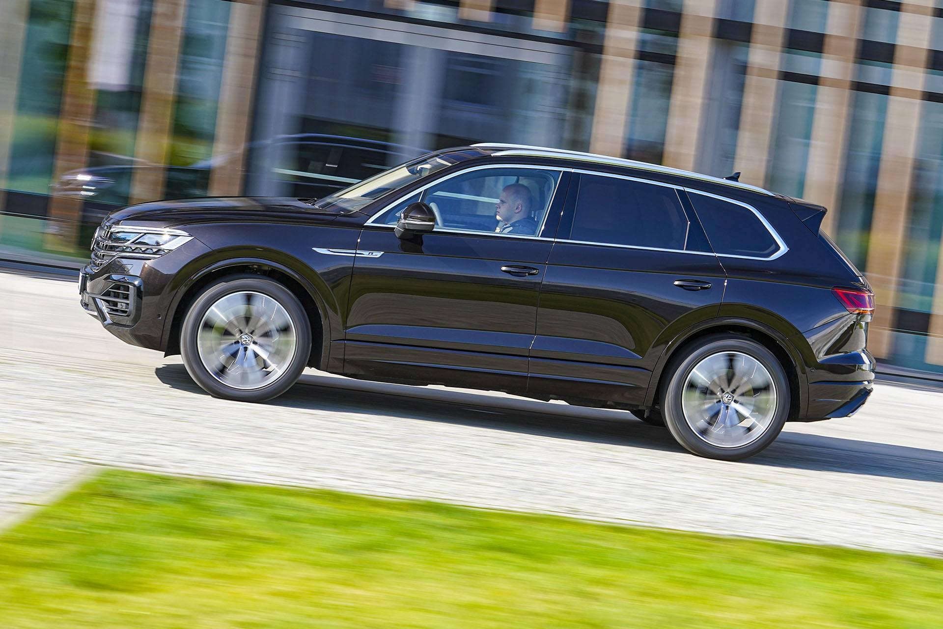 Volkswagen Touareg - bok - Land Rover Discovery, Mercedes GLE, Range Rover Sport, Volkswagen Touareg, Volvo XC90 – PORÓWNANIE –opinie, dane techniczne, wymiary