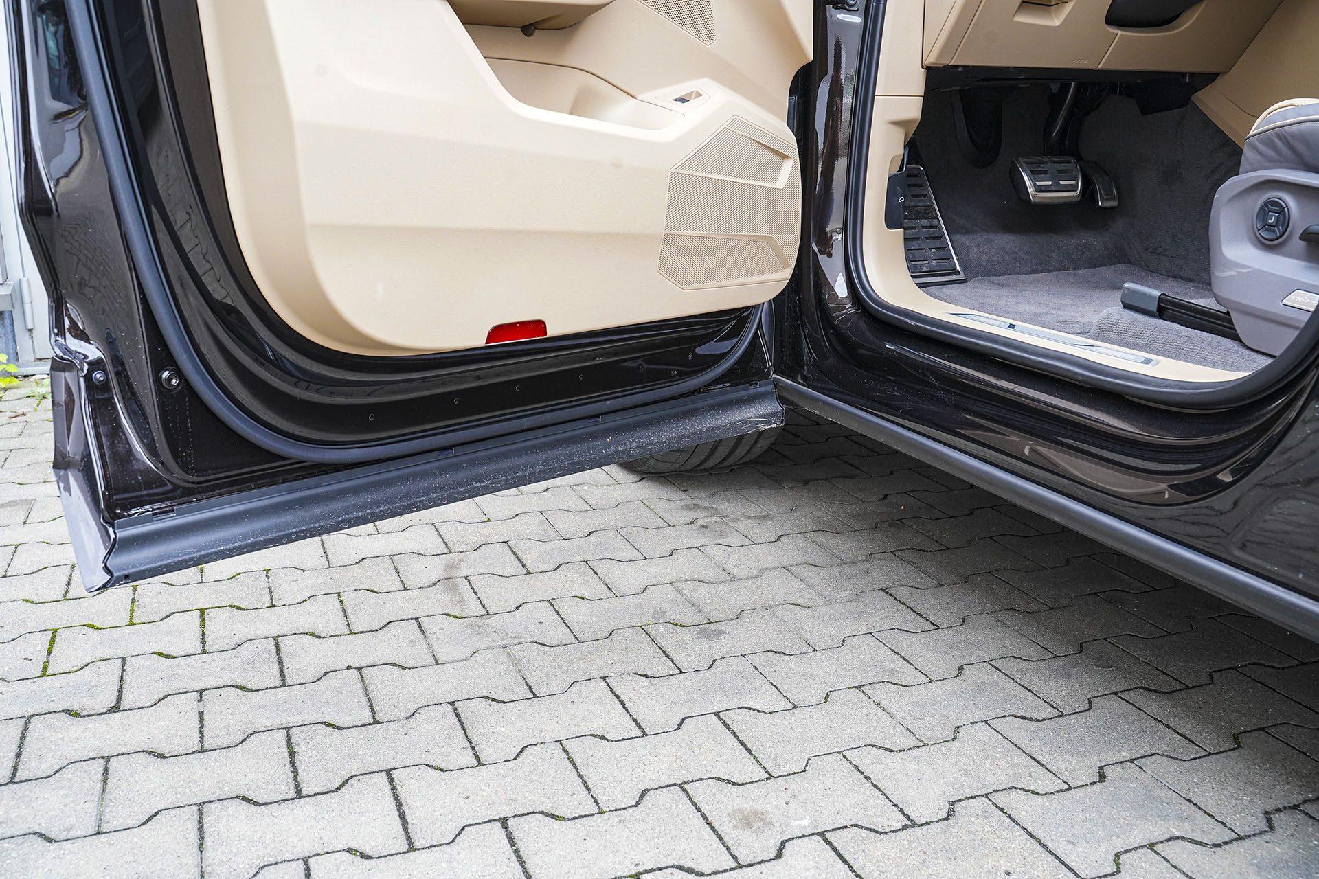 Volkswagen Touareg - zasłonięte progi - Land Rover Discovery, Mercedes GLE, Range Rover Sport, Volkswagen Touareg, Volvo XC90 – PORÓWNANIE –opinie, dane techniczne, wymiary