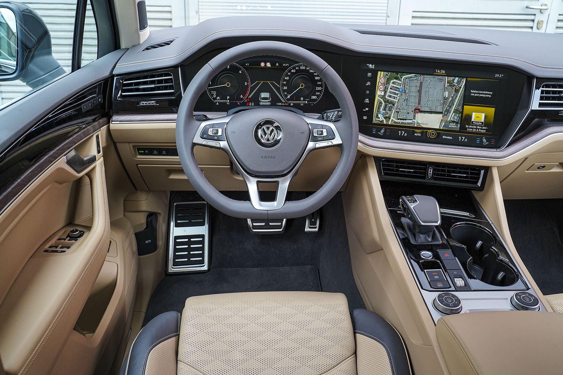 Volkswagen Touareg - deska rozdzielcza - Land Rover Discovery, Mercedes GLE, Range Rover Sport, Volkswagen Touareg, Volvo XC90 – PORÓWNANIE –opinie, dane techniczne, wymiary