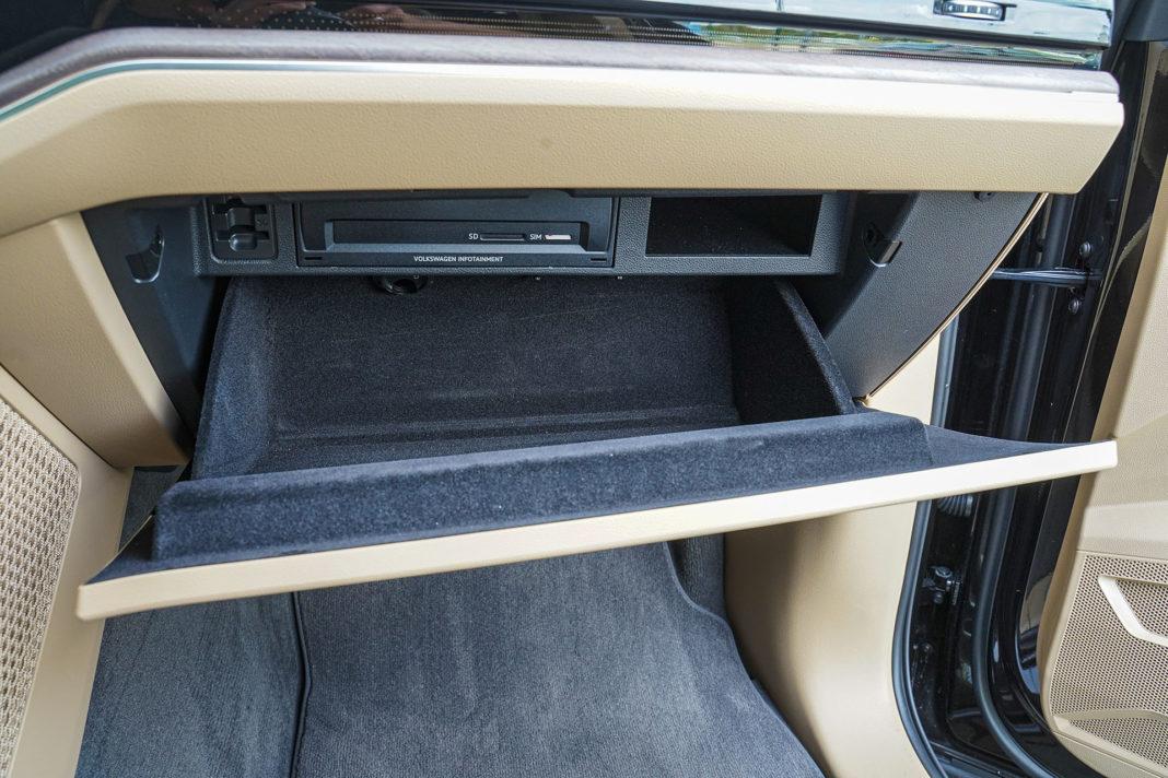 Volkswagen Touareg - schowek przed pasażerem