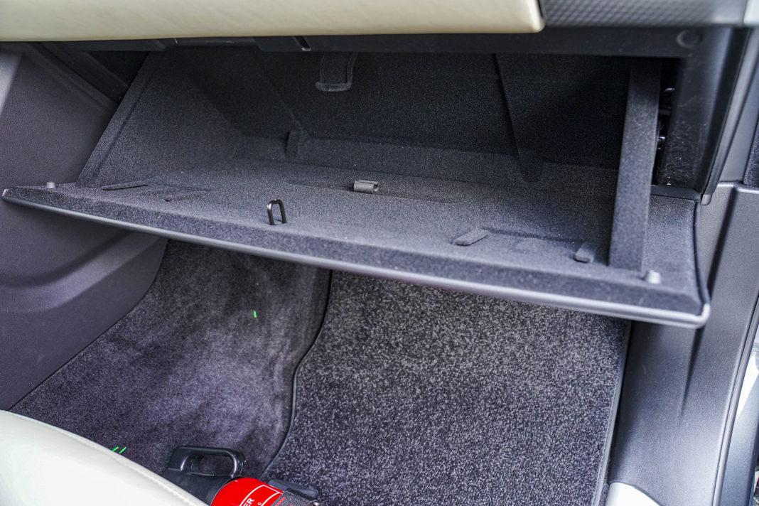 Range Rover Sport - dolny schowek przed pasażerem